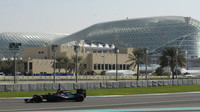 Stoffel Vandoorne při Pirelli testech v Abú Zabí
