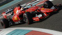 Sebastian Vettel při Pirelli testech v Abú Zabí