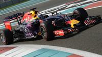 Daniel Ricciardo s Red Bullem RB11 v Abú Zabí