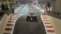 Daniil Kvjat při Pirelli testech v Abú Zabí