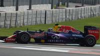 Daniel Ricciardo při Pirelli testech v Abú Zabí