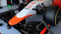 Přední křídlo a pneumatiky Marussia MR03B - Ferrari při Pirelli testech v Abú Zabí