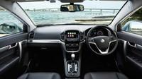 V kabině je nový volant a multimediální systém, Holden Captiva.