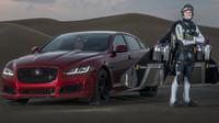 Jaguar XJR versus člověk s tryskovým oblekem