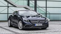 Ač je pod kapotou dvanáctiválec, model je pomalejší než slabší provedení s osmiválcem, Mercedes-AMG S 65 Cabriolet.