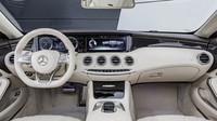 Palubní desku tvoří TFT displej, plynule navazující na infotainment, Mercedes-AMG S 65 Cabriolet.