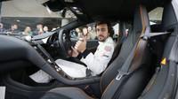 Alonso zdraví diváky při roadshow F1 Live London