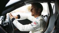 Jenson Button nemá závodění stále dost (při Roadshow McLarenu v Londýně)
