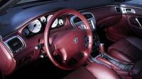 Sedadla i část palubní desky byla oděna do vínové kůže, Peugeot 607 Pescarolo