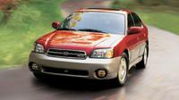 Pod kapotou se objevil i třílitrový šestiválec, Subaru Outback Sedan.