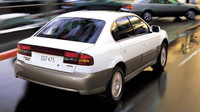 Vzadu vynikne barevně odlišený nárazník, Subaru Outback Sedan.