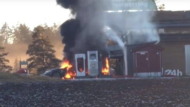 Hořící Tesla Model S