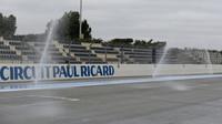 Vodou smáčená trať Paula Ricarda při testech pneumatik