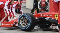 Loňské Ferrari při testech pneumatik do deště na trati Paul Ricard
