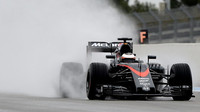 Stoffel Vandoorne při testech pneumatik do deště na trati Paul Ricard