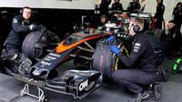 Stoffel Vandoorne čeká na výjezd z garáže při testech na trati Paul Ricard
