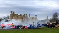 Daniel Ricciardo při roadshow v přetlačované s rugbyovým týmem