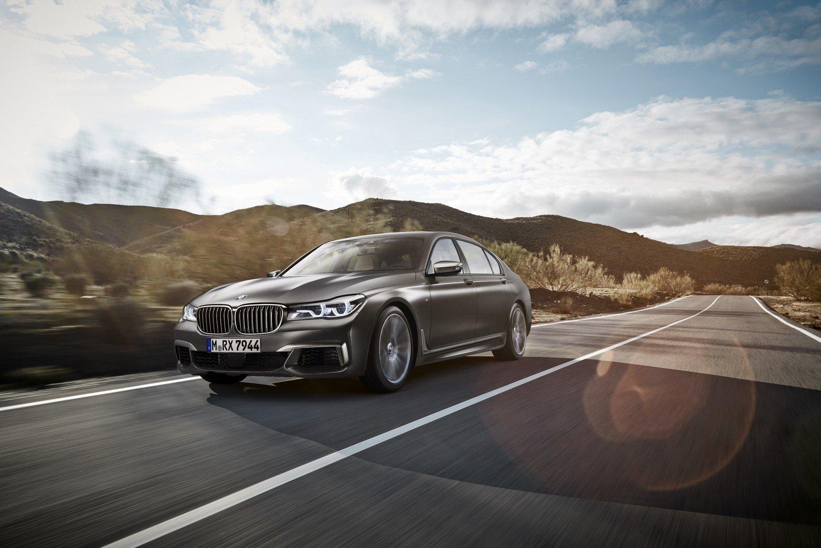 BMW M760i xDrive - Vrchol z Bavorska přijíždí - anotační foto