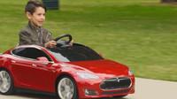 Dětské vozítko Tesla Model S se může pochlubit i funkčním kufrem, světly  nebo volitelný designem kol