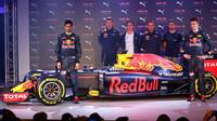 Závodní piloti a nové barvy Red Bullu
