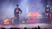 Daniel Ricciardo s Daniilem Kvjatem během prezentace