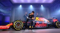 Daniel Ricciardo pózuje fotoreportérům