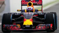 Daniel Ricciardo s vozem Red Bull RB12 - Renault