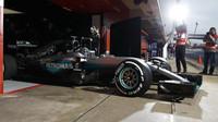 Nico Rosberg vyjíždí z garáže na okruh v Barceloně