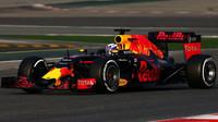 Daniel Ricciardo s novým vozem Red Bull RB12 - Renault