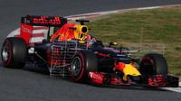 Daniil Kvjat s novým vozem Red Bull RB12 - Renault
