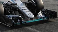 Nové přední křídlo při čtvrtečních testech na voze Mercedes F1 W07 Hybrid