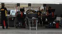 Příprava pneumatik při čtvrtečních testech v Barceloně