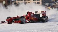 FOTO: Ferrari s vozem F1 na sněhu, v italských Alpách se předváděl Fisichella