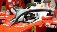 Sebastian Vettel při posledních předsezónních testech v Barceloně s ochranou kokpitu