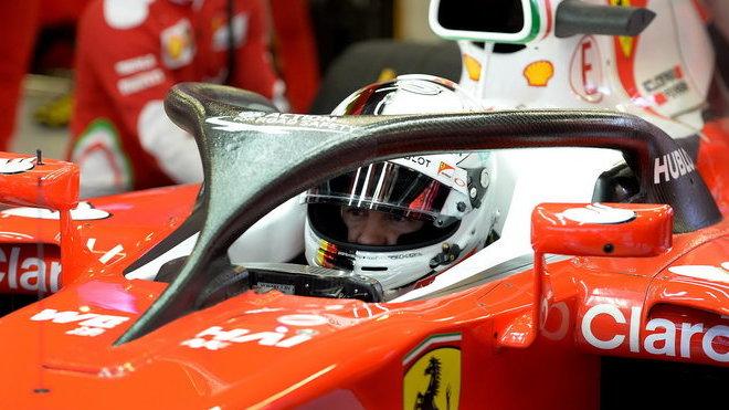 Sebastian Vettel při testech v Barceloně s ochranou kokpitu