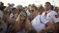 Nico Rosberg rozdává podpisy při autogramiádě v Melbourne