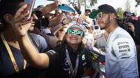 Lewis Hamilton rozdává podpisy při autogramiádě v Melbourne