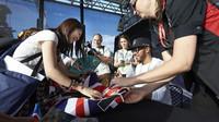 Lewis rozdává podpisy při autogramiádě v Melbourne