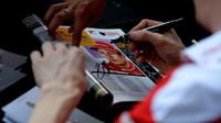 Kimi Räikkönen rozdává podpisy při autogramiádě v Melbourne