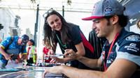 Autogramiáda týmu Toro Rosso, Carlos Sainz v Melbourne