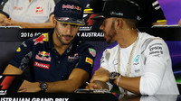 Daniel Ricciardo a Lewis Hamilton při tiskovce v Melbourne