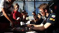 Daniil Kvjat rozdává podpisy při autogramiádě v Melbourne