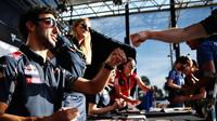 Daniel Ricciardo rozdává podpisy při autogramiádě v Melbourne