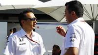 Nový sportovní ředitel Hondy Jusuke Hasegawa se závodním ředitelem McLarenu Ericem Boullierem