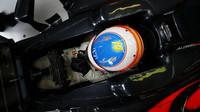 Fernando Alonso během pátečních tréninků v Austrálii, McLaren má nový menší volant