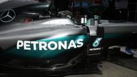 Nico Rosberg vyjíždí z boxů při pátečním tréninku v Melbourne