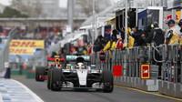 Lewis Hamilton opouští pitlane při pátečním tréninku v Melbourne
