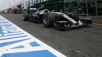 Nico Rosberg opouští pitlane při pátečním tréninku v Melbourne