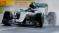 Nico Rosberg při pátečním tréninku za deště v Melbourne