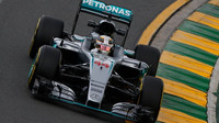 Lewis Hamilton při pátečním tréninku v Melbourne